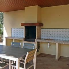 Chalet estilo clásico en la Costa Brava: Terrazas de estilo  de Construccions Cristinenques, S.L.