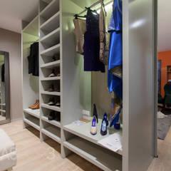 Closet: Closets  por ÀS DUAS POR TRÊS