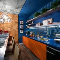Apartamento do Homem Moderno - Morar Mais por Menos Vitoria 2015: Cozinhas  por Cristiane Locatelli Arquitetos & Associados,Moderno