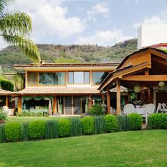 la fachada: Casas de estilo asiático por Excelencia en Diseño