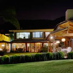 la fachada trasera: Casas de estilo asiático por Excelencia en Diseño