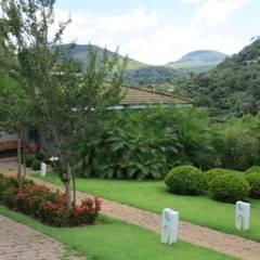 Garden by Junia Lobo Paisagismo, Country