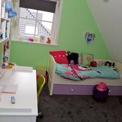 Meisjeskamer met fijne kleuren:  Kinderkamer door Aangenaam Interieuradvies