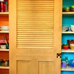 食器棚もカラフルに: パパママハウス株式会社が手掛けたキッチンです。