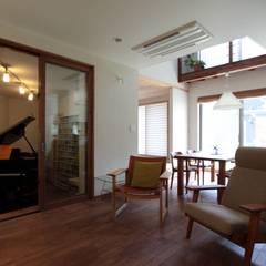 ピアノと暮らす家 : アトリエグローカル一級建築士事務所が手掛けたリビングです。,