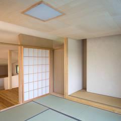 Salas de entretenimiento de estilo  por 尾日向辰文建築設計事務所