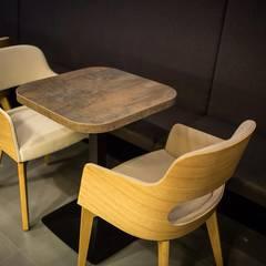 Tisch und Stühle:  Bars & Clubs von EGGER Wood-based materials