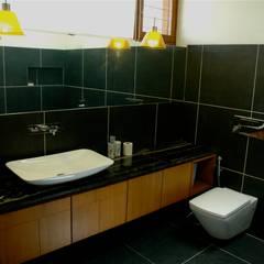 Banheiros asiáticos por KIRON CHEERLA ARCHITECTURE