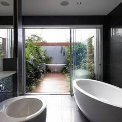 Verlängerung nach Aussen des Badezimmer für tropisches Flair.:  Terrasse von Paul Marie Creation