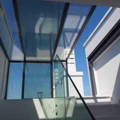 Terras door homify, Modern Glas