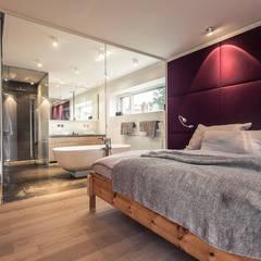 Renovierung einer Villa am Stadtrand von Salzburg zu einem luxuriösen Wohn-Loft (Foto: Florian Stürzenbaum):  Schlafzimmer von Meissl Architects ZT GmbH