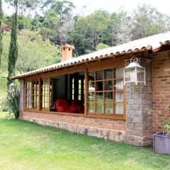 Rumah oleh FLAVIO BERREDO ARQUITETURA E CONSTRUÇÃO