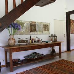 Pasillos, vestíbulos y escaleras coloniales de FLAVIO BERREDO ARQUITETURA E CONSTRUÇÃO Colonial