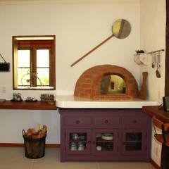 colonial Kitchen by FLAVIO BERREDO ARQUITETURA E CONSTRUÇÃO