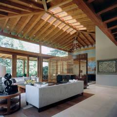 Salas / recibidores de estilo mediterraneo por JR Arquitectos