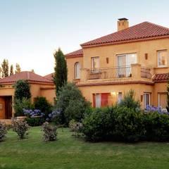 Casa Martindale: Casas de estilo clásico por JUNOR ARQUITECTOS