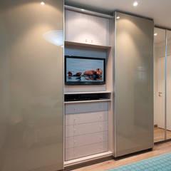 غرفة الملابس تنفيذ Figoli-Ravecca Arquitetos Associados