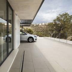 Casa Oos: Garajes de estilo  de sanahuja&partners