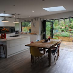 House in Winchester:  Dining room by LA Hally Architect
