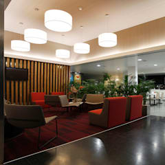 Foyer: Ginásios  por Estúdio AMATAM