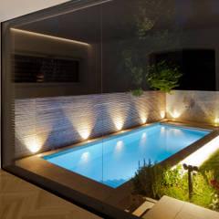 สระว่ายน้ำ โดย aichberger architektur ZT,