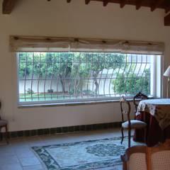 窗戶 by Gabiurbe, Imobiliária e Arquitetura, Lda