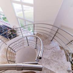 Morada das Nascentes: Salas de estar  por MM Arquitetura e Urbanismo