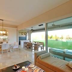 living: Livings de estilo  por Parrado Arquitectura