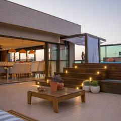 cobertura elegante e colorida: Terraços  por Michele Moncks Arquitetura