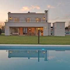 desde la pileta: Casas de estilo clásico por Parrado Arquitectura