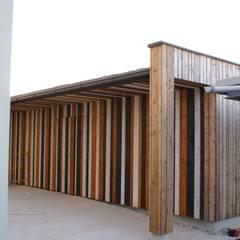 Nebengebäude in Holz: moderne Garage & Schuppen von Glanzer ZT GmbH
