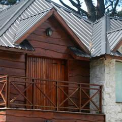 Sierra de Los Padres, Mar del Plata, Argentina: Terrazas de estilo  por Susana De Angeli