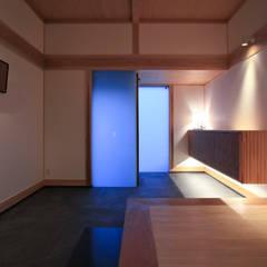 Pasillos y hall de entrada de estilo  por 髙岡建築研究室