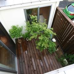 木造スケルトン+DIYでつくるこだわり空間の集合体: アトリエグローカル一級建築士事務所が手掛けたテラス・ベランダです。,カントリー