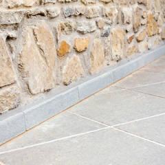 Dettaglio Pavimentazione e Battiscopa.: Pareti in stile  di Calamini Urbano