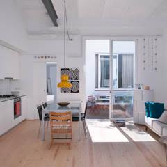 Reforma de vivienda y estudio de fotografía OP: Salones de estilo  de manrique planas arquitectes