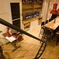 Restaurant GLOU Paris: Bars & clubs de style  par LampAndCo