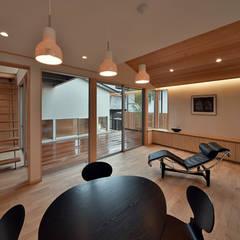 MJ2-house: 株式会社 森本建築事務所が手掛けたリビングです。,