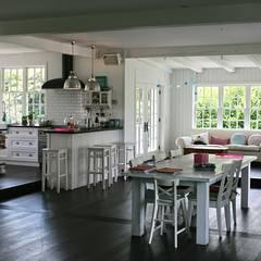 OPEN HOUSE kitchen & dining:  Esszimmer von THE WHITE HOUSE american dream homes gmbh
