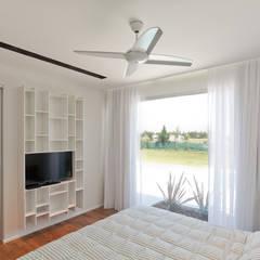 Casa C Puerto Roldan: Dormitorios de estilo moderno por VISMARACORSI ARQUITECTOS