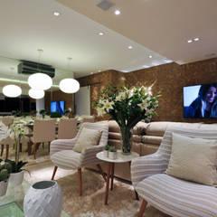 Iluminação de destaque em apartamento no litoral paulista : Salas de jantar clássicas por Guido Iluminação e Design