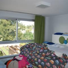 vivienda unifamiliar: Habitaciones para adolescentes de estilo  por cm espacio & arquitectura srl