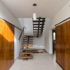 Casa Los Tipales  L78: Pasillos y recibidores de estilo  por APPaisajismo
