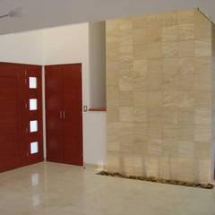 Conca: Pasillos y recibidores de estilo  por SANTIAGO PARDO ARQUITECTO