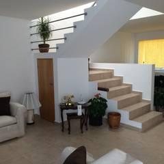 Escaleras: Pasillos y recibidores de estilo  por SANTIAGO PARDO ARQUITECTO