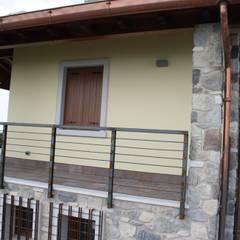 Un rifugio in Collina: Terrazza in stile  di STUDIO TECNICO GEOMETRA SUGAN DENIS