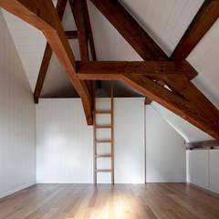Casa Leiden : Paredes  por SAMF Arquitectos,Moderno
