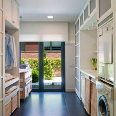 Planchador con salida al jardín: Cocinas de estilo moderno de DEULONDER arquitectura domestica