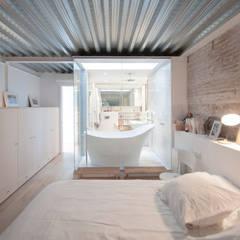 'Rehbailitacion edificio en Gracia': Dormitorios de estilo  de lluiscorbellajordi