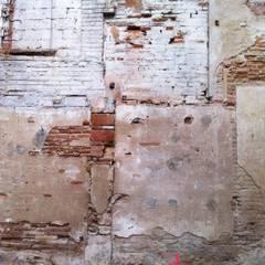 'Rehbailitacion edificio en Gracia': Garajes de estilo  de lluiscorbellajordi